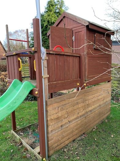 Kinderspielhaus im Garten von Opa