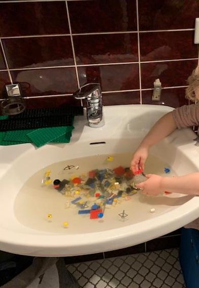 LEGO-Teile reinigen mit Enkel und Opa