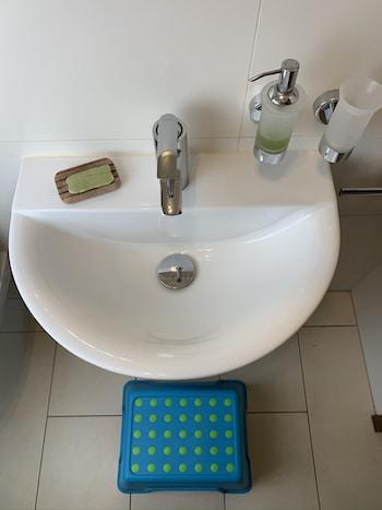 kinderfreundliches Badezimmer für Enkel planen