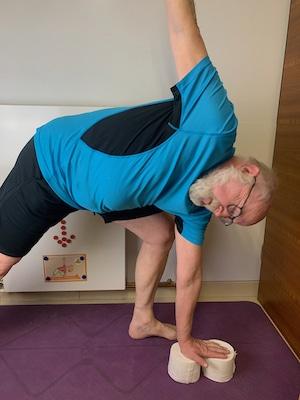 Das Dreieck - Kinderyoga-Übung mit Opa und Enkel