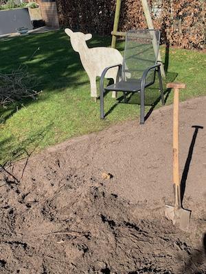 Opa gräbt um für den Gemüsegarten