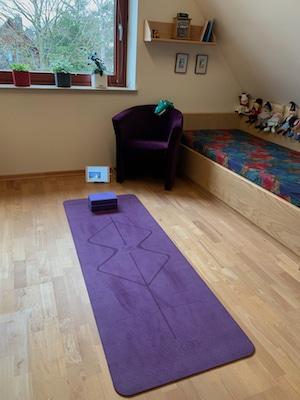 virtuelles Yoga Opa mit enkel