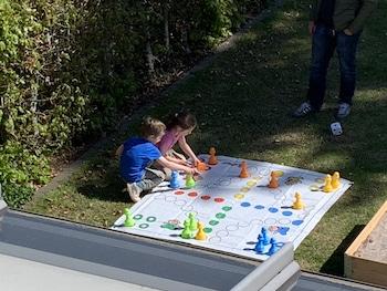 spielen im Garten der Großeltern mit den Enkeln in Coronazeiten