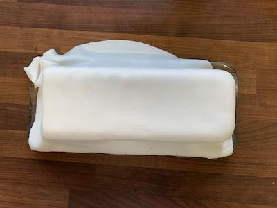 Fondant-Decke auf Kuchen legen und andrücken