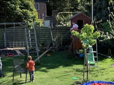 Kinderseilbahn in Pendelverkehr im Garten