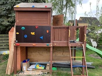 Kletterwand für Kinder am Kinderhaus angebracht