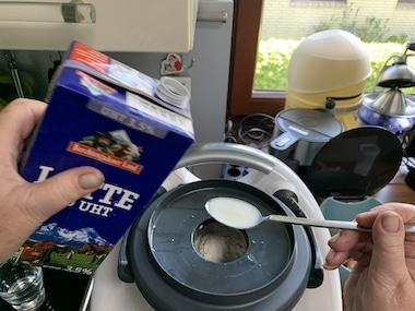 Mehlmischung und Milch dem Teig zuführen