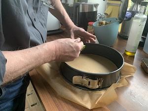 Kuchenform mit Butter einstreichen