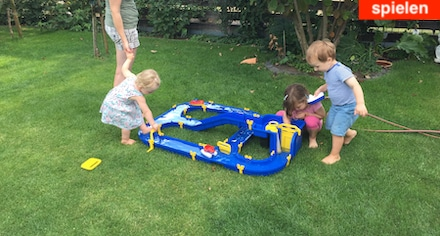 Wasserspiele für Kinder bei Oma und Opa im Garten