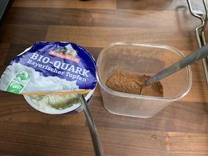 gesunder Kuchen mit Magerquark und Kakaopulver
