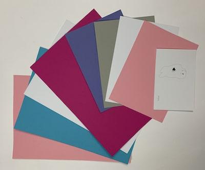 Bastelkartons in rosa, hellblau, pink, veilchenblau und hellgrau für die Motive der Schultüte