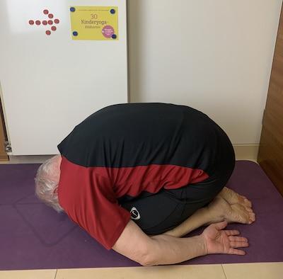 Yoga-Übungen mit Opa und Enkel