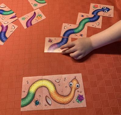 Regenbogenschlange spielen mit Opa und Enkel