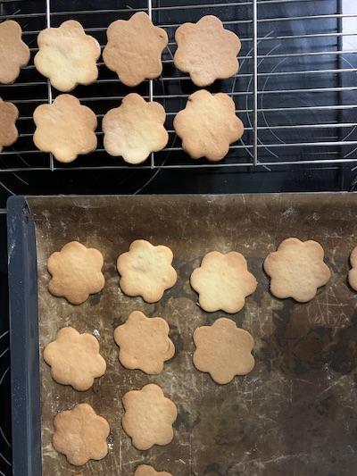 fertige Kekse auskühlen lassen