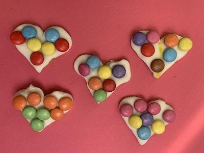 Herzformen-Kekse mit Smarties