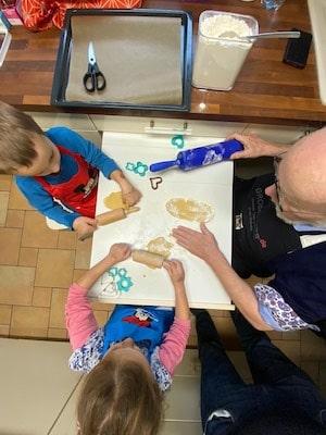 Herz-Kekse - Teig ausrollen mit Opa und Enkelkinder