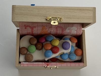 Kekse in Holzschachtel verpacken