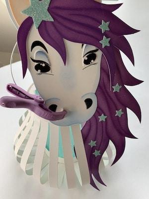 Pegasus-Laterne Kopf und Körper miteinander verbinden
