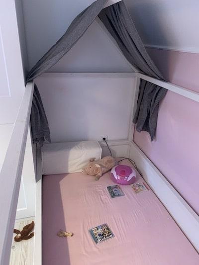 Kinderbett vor der Hedda Hex Verzauberung