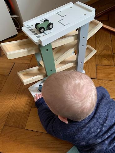 Enkel spielt mit Murmelbahn