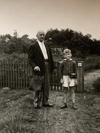 Opa und Enkel im Jahre 1952