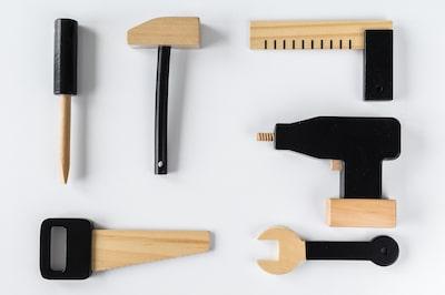 Werkbank und Werkzeuge für Kleinkinder aus Holz