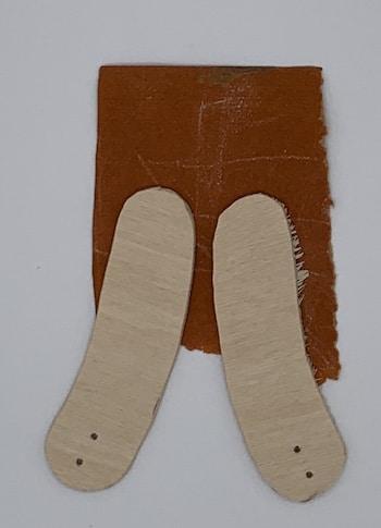 Ausgesägte Sperrholzteile schmirgeln