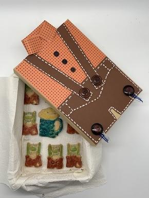Kekse als Geschenk verpacken in einer Lederhosen-Geschenkbox
