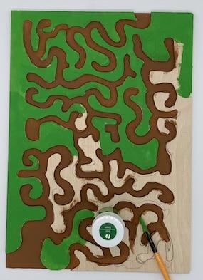 Sperrholz-Labyrinth mit Acrylfarbe bemalen