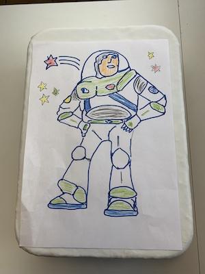 Papiervorlage Buzz Lightyear auf weißen Fondant durchpausen