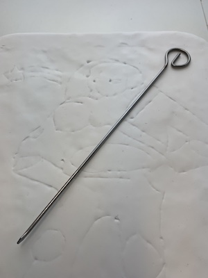Vorlage-Konturen mit Nadel durchzeichnen
