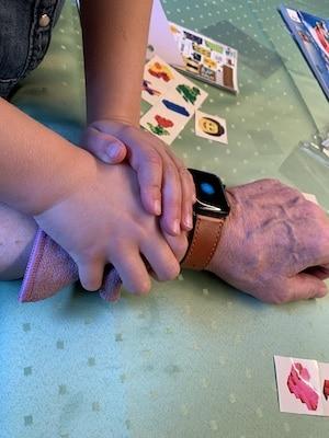 Opa bekommt ein LEGO-Tattoo